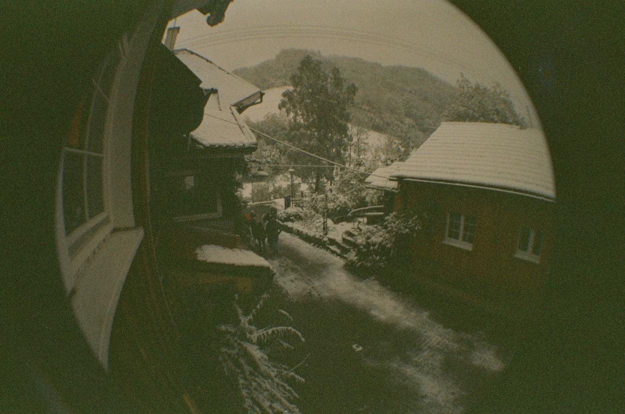 Blick auf einen verschneiten Hof im Schwarzwald