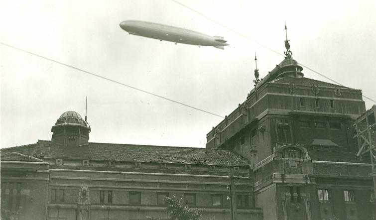 Zeppelin über Bergen
