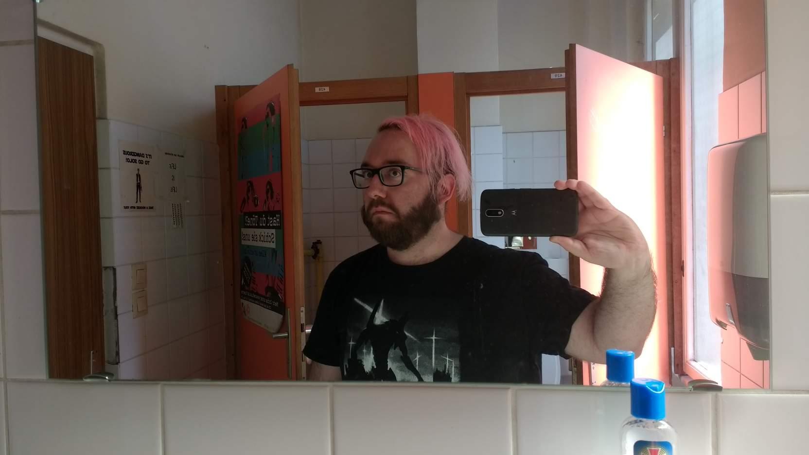 Joël steht auf einem Klo und macht ein Selfie, nicht ganz so skeptischer Blick