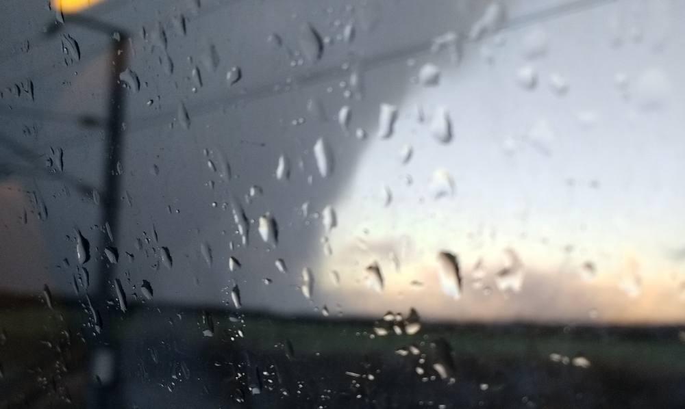 Regentropfen auf der Scheibe eines Zugfensters