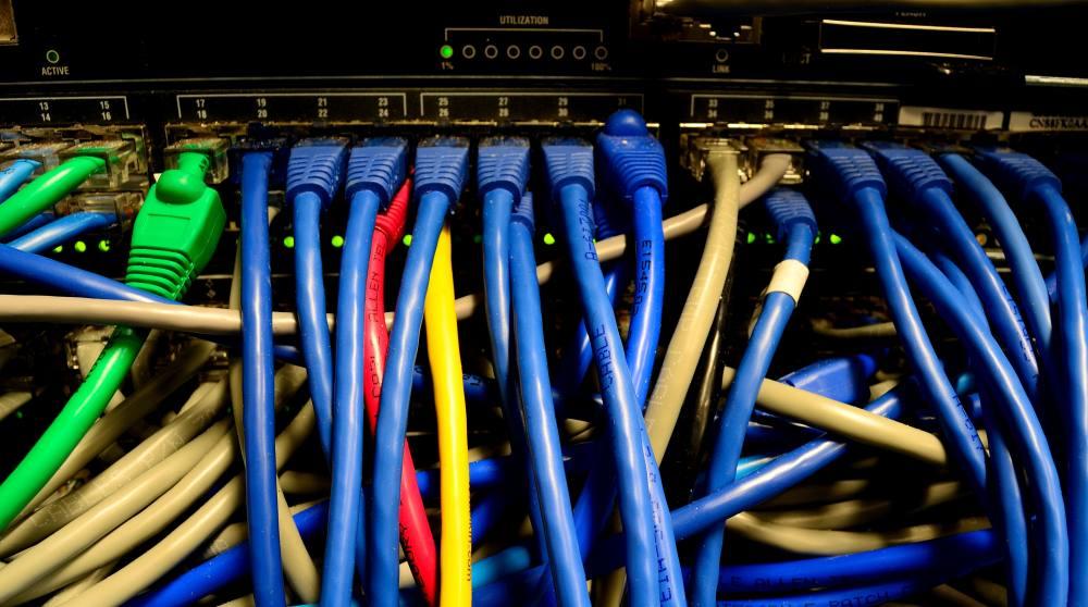Ein Switch mit vielen bunten Ethernet-Kabeln