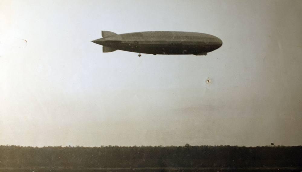 Alte Schwarzweiß-Fotografie eines Zeppelins.