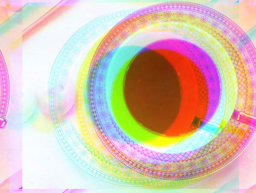 Teetasse, mit Bildfeldern, die einzelnen Farbschichten sind verschoben, so dass ein spannender Effekt entsteht.