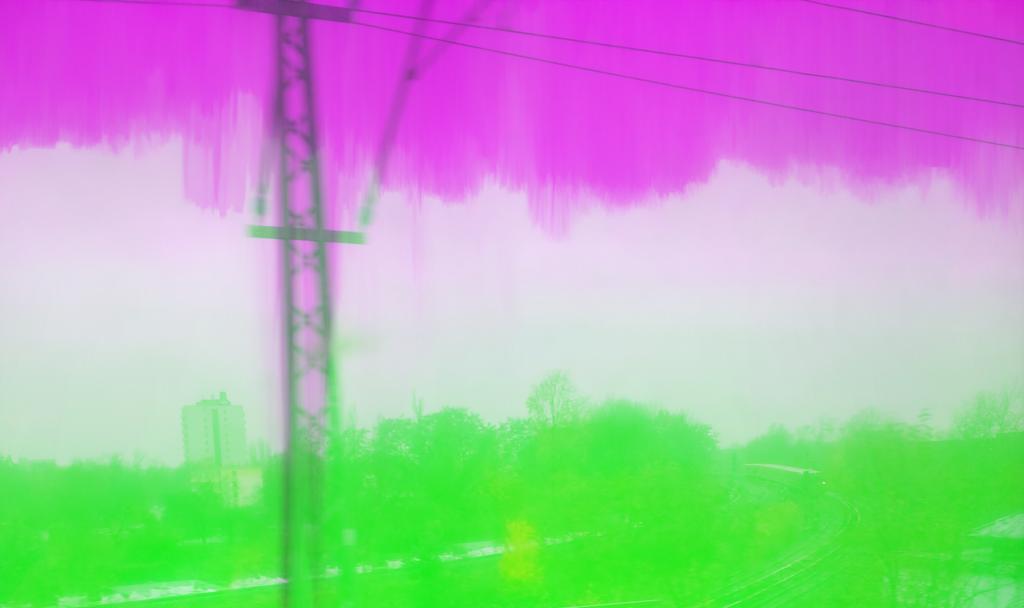 Foto von Nahverkehrsinfrastruktur und Strommasten mit sehr vielen Bildfehlern/Glitches.