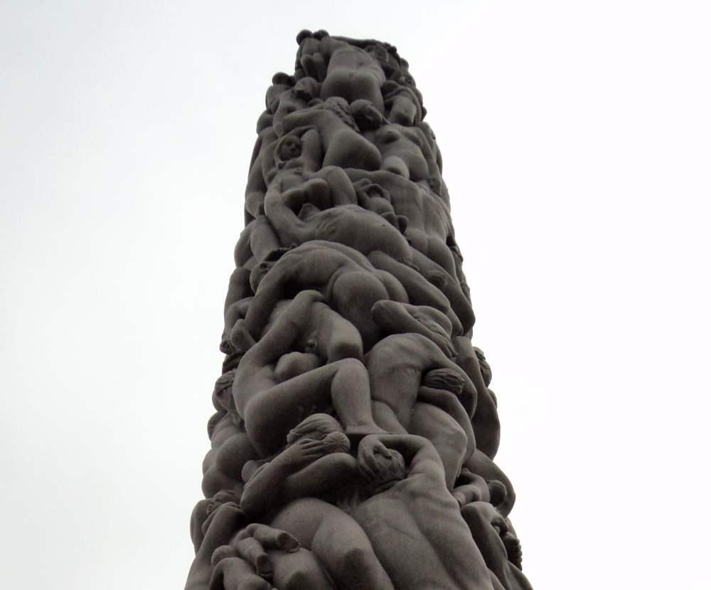 Foto des Monoliths im norwegischen Vigeland Park, der aus ganz vielen menschlichen Körpern besteht.