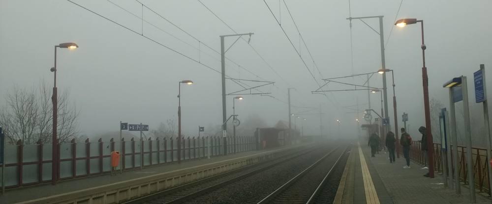 Ein Bahnsteig im Nebel.