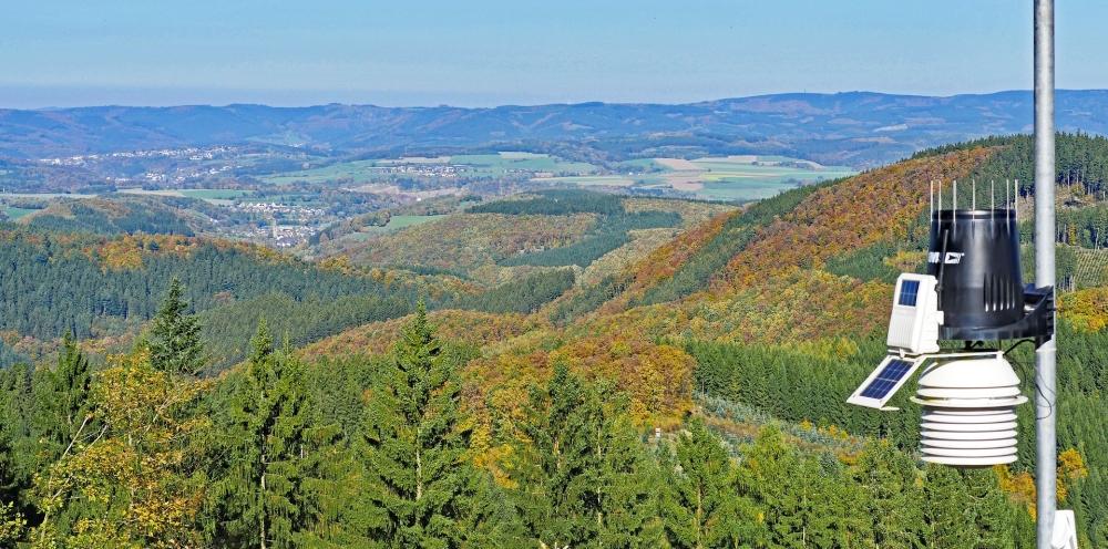 Bild eines Luftsensors, im Hintergrund ein beeindruckendes Panorama mit bewaldeten Hügeln