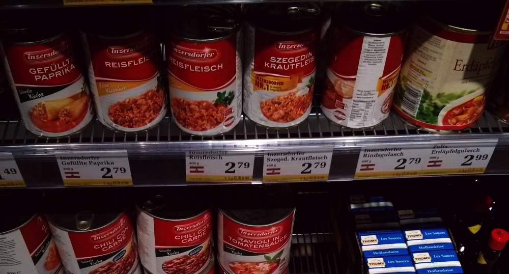 Fertiggerichte in Dosen in einem österreichischen Supermarkt.