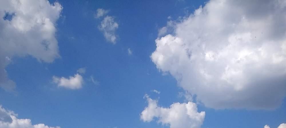 ein blauer Himmel mit Wolken (aus dem Sommer)