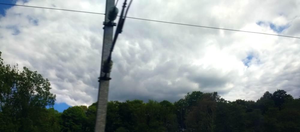 wolken, bäume, bahn-strom-mast
