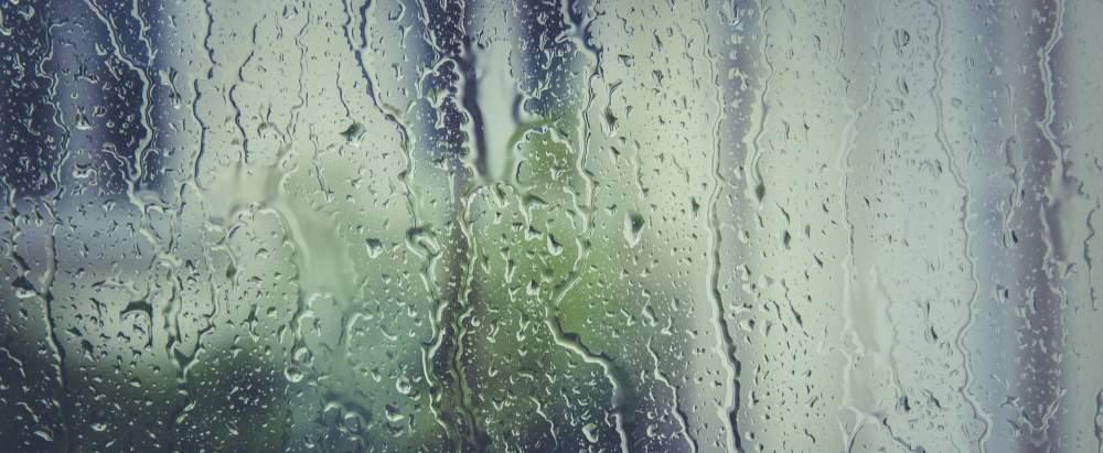 Regen auf einer Fensterscheibe