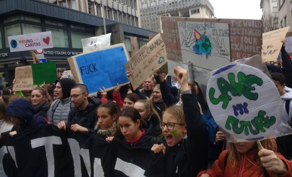 Bild von demonstrierenden Schüler*innen auf der luxemburgischen Youth for Climate-Demo