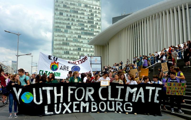 Frontbanner einer Demo, auf dem Youth for Climate Luxembourg steht.