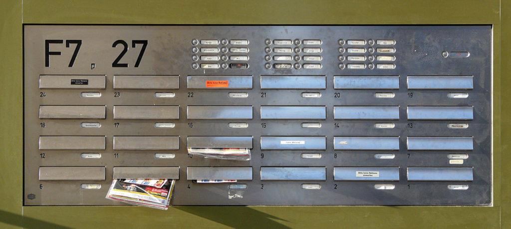 Ein Briefkasten mit vielen Klingeln